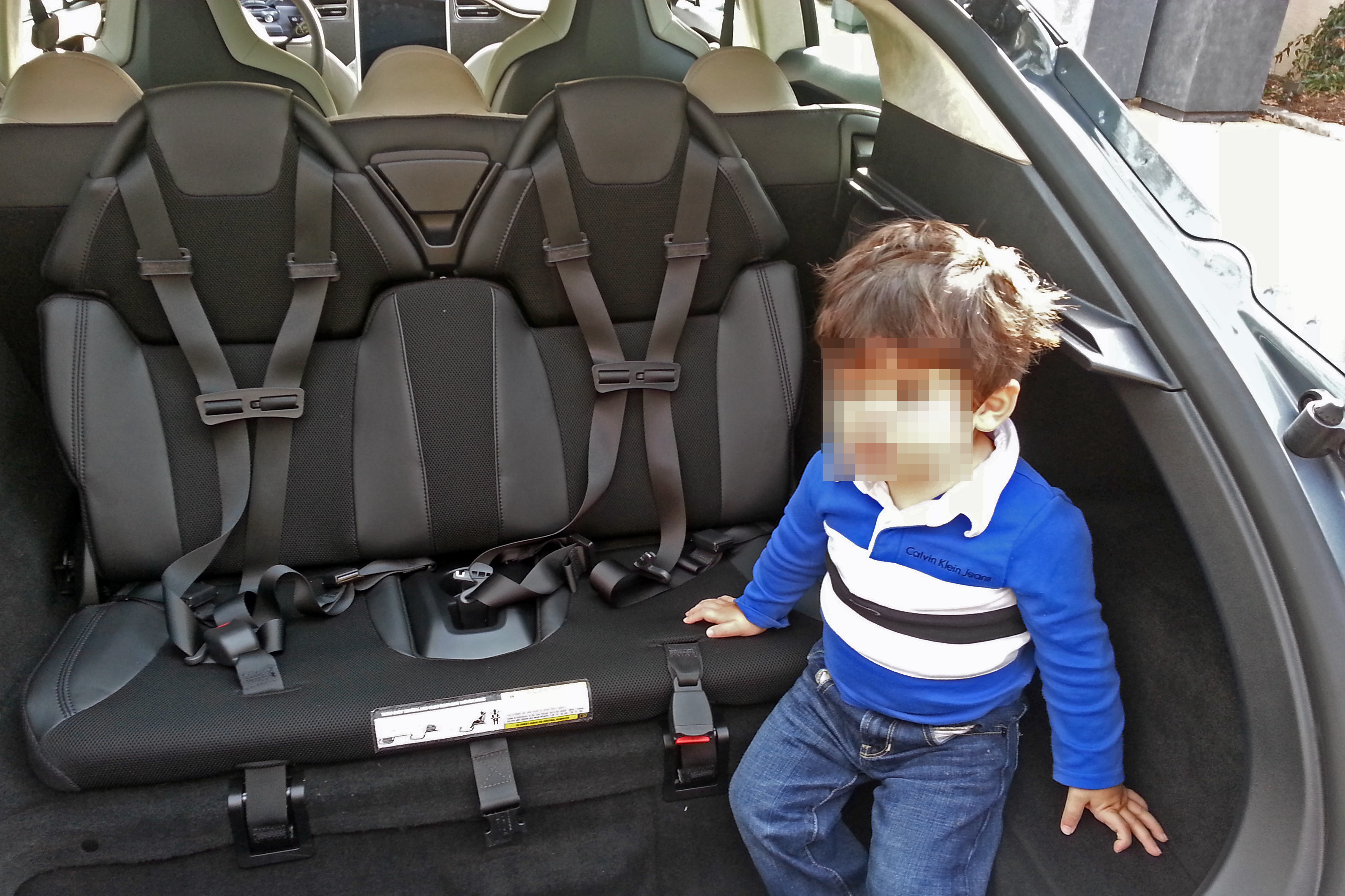 Tesla_Model_S_rear_child_seats_(2).jpg